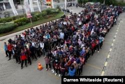 Sejumlah pelamar menunggu pembukaan job fair yang diadakan di dalam pusat perbelanjaan di Bekasi, Jawa Barat, 7 November 2017. (Foto: REUTERS/Darren Whiteside)