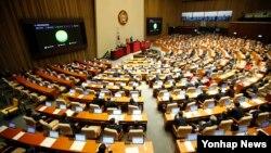2일 밤 한국 국회에서 열린 본회의에서 북한인권법이 첫 발의 11년 만에 통과됐다.