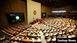 지난 2016년 3월 한국 국회에서 열린 본회의에서 북한인권법이 첫 발의 11년 만에 통과됐다.