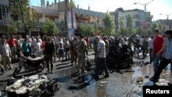 Hiện trường sau một vụ nổ ở khu phố Ekrema trong thành phố Homs, Syria, ngày 8/7/2013.