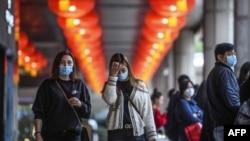 戴口罩的行人在澳门新东方置地酒店外行走。(2020年1月22日)