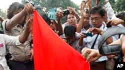 ဆႏၵျပသူေတြ တရုတ္အလံကို မီးရိႈ႕ေနၾကစဥ္။