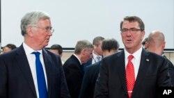 Міністр оборони Великої Британії Майкл Фаллон, ліворуч, і міністр оборони США Ештон Картер, 24 червня 2015 р.