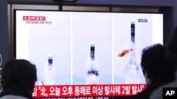 Orang-orang menyaksikan tayangan berita mengenai peluncuran misil Korea Utara di layar televisi yang terpasang di Stasiun Kereta Seoul, di Korea Selatan, 31 Oktoeber 2020.