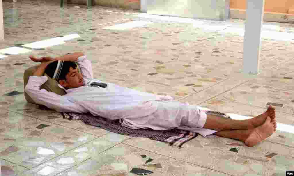 ٹھنڈے اجساس کے لئے فرش پر لیٹا ہوا ایک شخص