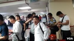 中國工人在塞班島機場侯機準備回國