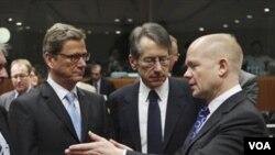 Para Menteri Luar Negeri Uni Eropa berbincang sebelum melakukan pertemuan di Brussels, Belgia (1/12).