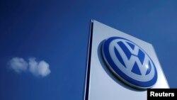 Logo mobil Volkswagen di sebuah pabrik Volkswagen di Wrzesnia, Polandia, 9 September 2016. (REUTERS/Kacper Pempel)
