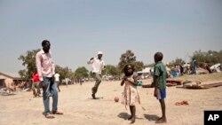 Refugiados huyendo de la violence en Sudán del Sur cruzan la frontera con Uganda.