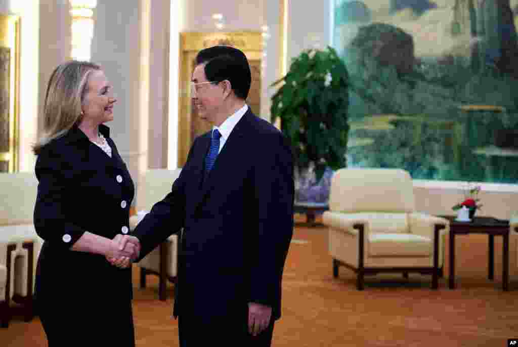 Clinton meets with Chinese President Hu Jintao at the Great Hall of the People in Beijing, September 5, 2012.