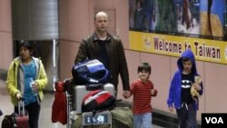 Warga Amerika yang mengungsi dari Jepang tiba di Bandara Taoyuan, Taiwan, Jumat (18/3).