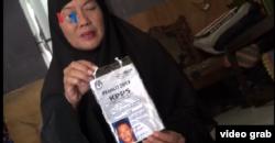 Sukaesih, memperlihatkan foto almarhum suaminya, mendiang Rudi Mulia Prabowo, ketua elompok panitia pemungutan suara atau KPPS 009 di Pisangan Baru, Jakarta Timur. (Foto: VOA/videograb-Ahadian)