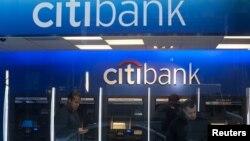 Salah satu cabang Citibank di New York (foto: dok). Citibank bersama 4 bank besar lainnya dituduh memanipulasi pasar valuta asing.