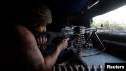 Украинский военнослужащий на позициях в зоне АТО на Донбассе. Архивное фото. 26 июля 2020