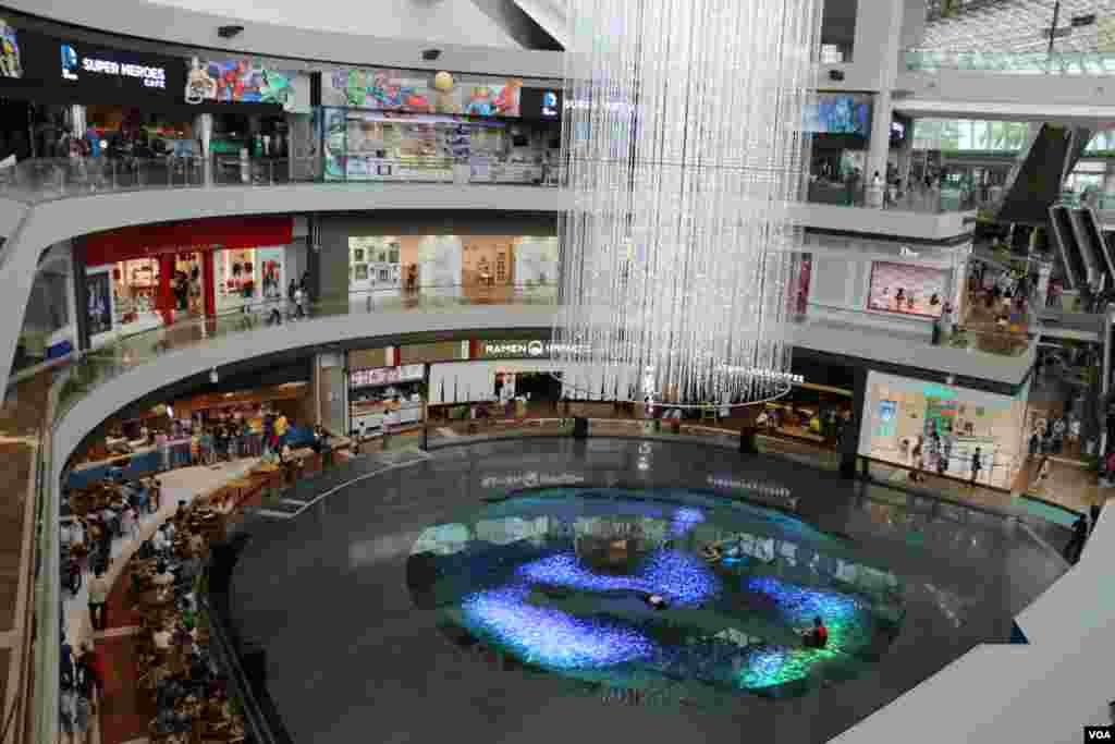 در شهر سنگاپور به فاصله های کوتاه مراکز خرید با فروشگاههای بزرگ قرار دارد.