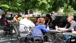 顾客在一家亚裔自助餐厅门口吃午饭