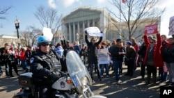 Những người ủng hộ và chống đối hôn nhân đồng tính tụ tập bên ngoài tòa án tối cao ở Washington.