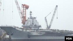 "Kapal induk Tiongkok yang dibangun dari kapal induk ""Varyag"" buatan Uni Soviet milik Ukraina. Kapal ini dibeli Tiongkok dari Ukraina pada tahun 1998 (foto: dok.)."
