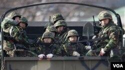 Para anggota marinir Korea Selatan melakukan patroli di Pulau Yeonpyeong, Korea Selatan, Senin, 6 Desember 2010.