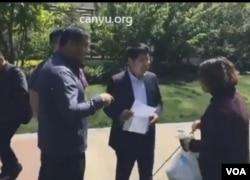 北京人权律师李和平的妻子王峭岭4月28日与公安、律师激辩(网络视频图片)