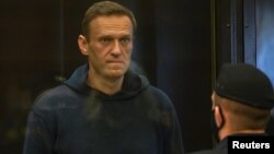 Російський суд покарав 44-річного Олексія Навального трьома з половиною роками ув'язнення за порушення попереднього умовного вироку