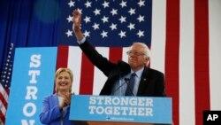 버니 샌더스(오른쪽) 미국 상원의원이 12일 뉴햄프셔주 포츠머스에서 진행된 힐러리 클린턴 대선 후보 유세 현장에서 지지선언을 하고 있다.