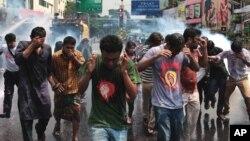 Polisi Bangladesh menggunakan gas air mata dan meriam air untuk membubarkan demonstrasi anti pemerintah (foto: dok).