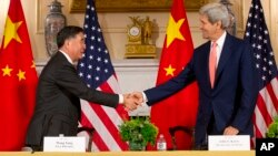 24일 미국 워싱턴 국무부에서 열린 미-중 고위급 전략경제대화 폐막 기자회견에서 존 케리 국무장관(오른쪽)과 왕양 경제담당 중국 부총리가 악수하고 있다.
