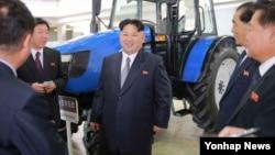 북한 김정은 노동당 위원장이 기계설비 전시장을 시찰했다고 조선중앙통신이 13일 보도했다.