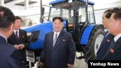 북한 김정은 노동당 위원장(가운데)이 기계설비 전시장을 시찰했다고 조선중앙통신이 지난 13일 보도했다.