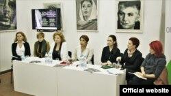 """Učesnice tribine """"Medijska slika nasilja prema ženama"""" u Kikindi (Foto: Pokret """"Novi optimizam"""")"""