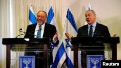 آویگدور لیبرمن (چپ) وزیر دفاع جدید دولت ائتلافی بنیامین نتانیاهو نخست وزیر اسرائیل (راست) - 5 خرداد 1395