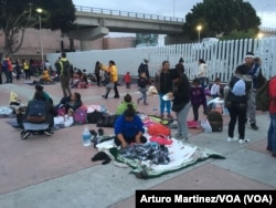 Sobre el frío suelo del lado mexicano de la frontera (A.Martínez/VOA).