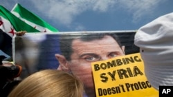 Salah satu papan yang dibawa oleh demonstran anti-perang di depan Gedung Putih, Sabtu (31/8).