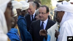 Presiden Perancis Francois Hollande (tengah) mengunjungi kota Timbuktu, Sabtu (2/2) disambut oleh para pemimpin Mali.