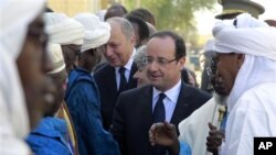 Presiden Perancis Francois Hollande (tengah) mengunjungi Timbuktu, Mali, 2 Februari 2013. (AP Photo/Jerome Delay)