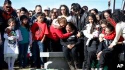 Laura Hernández, centro, es rodeada por familiares y amigos durante el funeral de su hija Jessica en Denver.