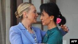 Lãnh tụ dân chủ Miến Ðiện Aung San Suu Kyi (phải) tiếp đón Ngoại trưởng Hoa Kỳ Hillary Clinton