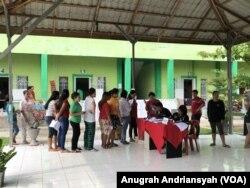 Warga binaan LP Kelas IIA Tanjung Gusta mengantri dengan tertib sebelum menerima kertas suara dari para petugas KPPS (foto: VOA/Anugrah Andriansyah)