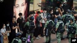 2020年10月1日香港警察国庆节期间在铜锣湾检查行人。