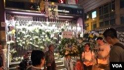 有香港市民9月14日到太子地鐵站B1出口外焚燒冥紙,拜祭8-31太子地鐵站內懷疑被警方襲擊死亡的三名人士。(美國之音 湯惠芸拍攝)
