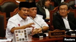 Indonesia's losing presidential candidate Prabowo Subianto (L) addresses the Constitutional Court as his running mate Hatta Rajasa (C) listens in Jakarta, August 6, 2014.