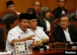 FILE - Indonesia's losing presidential candidate Prabowo Subianto (L) addresses the Constitutional Court as his running mate Hatta Rajasa (C) listens in Jakarta, August 6, 2014.