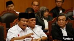 Prabowo Subianto (kiri) dan Hatta Rajasa (tengah) di Mahkamah Konstitusi di Jakarta, 6 Agustus 2014.
