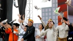 Dua pasangan Capres-Cawapres Joko Widodo-Ma'ruf Amin (kiri) serta Prabowo Subianto-Sandiaga Uno melepaskan burung merpati sebagai lambang perdamaian, saat peresmian dimulainya acara kampanye pemilu damai 2019, 23 September lalu di Kantor KPU Jakarta (foto: ilustrasi).