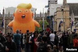 También estuvieron presente en las calles de Londres manifestantes en contra de la visita del presidente de EE.UU.