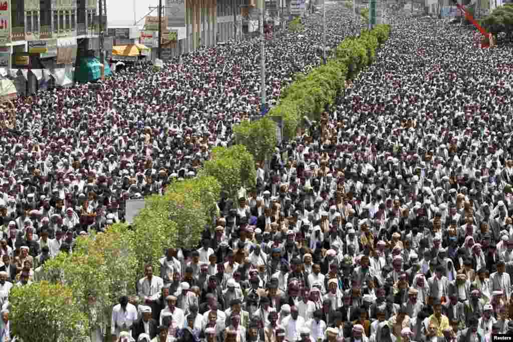 Người theo nhóm Houthi giáo phái Shia cầu nguyện trong một cuộc tụ tập lên án việc tăng giá nhiên liệu và đòi chính phủ từ chức ở Sanaa, Yemen.