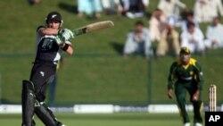 نیوزی لینڈ کے سابق کپتان برینڈن میکلم پاکستان کے خلاف ایک میچ میں شاٹ لگا رہے ہیں۔ فائل فوٹو