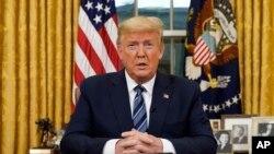 Perezida Donald Trump ashikiriza ijambo abanyamerika muri White House, kw'itariki 11/03/2020.