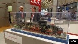 今年夏季莫斯科武器展上展出的基洛级潜艇模型。(美国之音白桦拍摄)